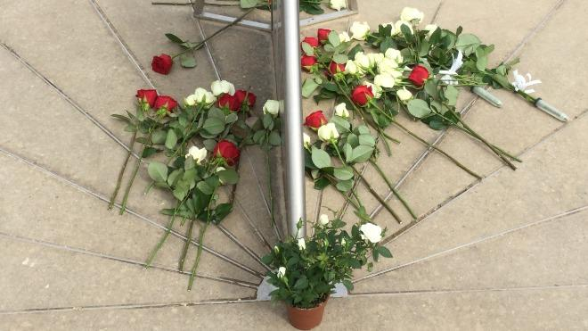 Roses are laid to commemorate all those that took part in the Battleo fo Bosworth